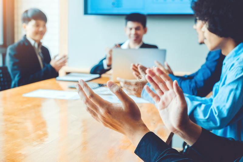 Bedrijfsmensen die verwezenlijkingen vieren die bedrijfsgroepswerk ontmoeten stock afbeeldingen