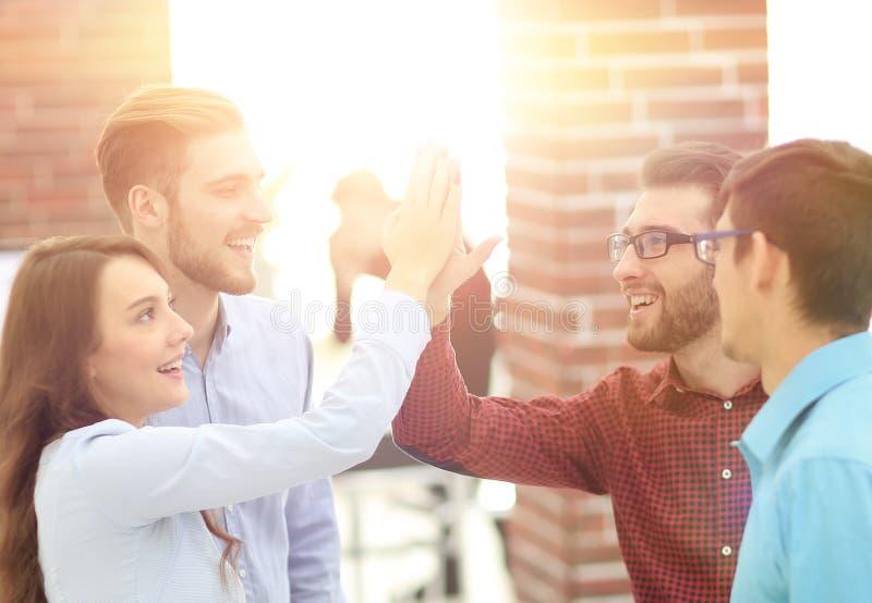 Bedrijfsmensen die vijf na het ondertekenen van overeenkomst of contract geven royalty-vrije stock foto's