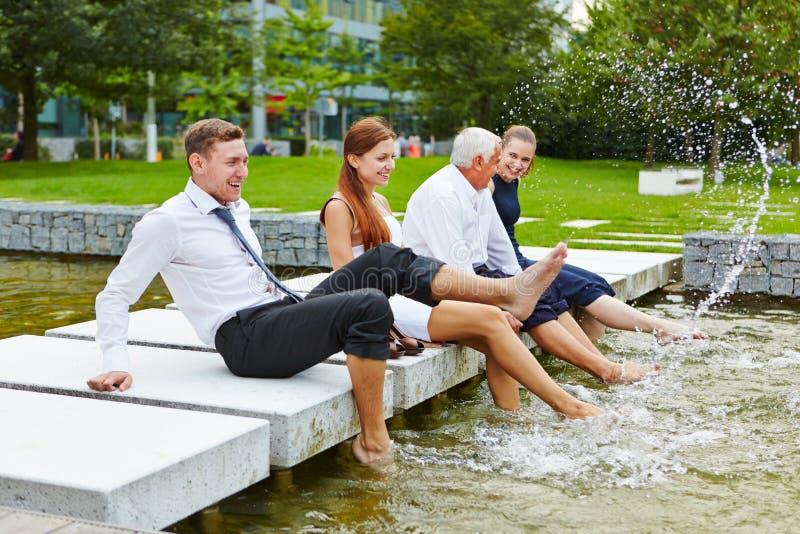 Bedrijfsmensen die water in de zomer bespatten stock fotografie