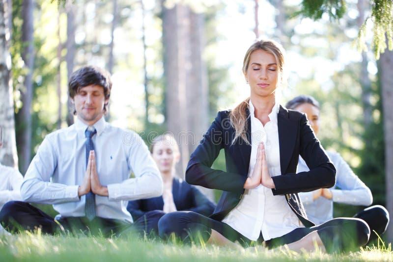 Bedrijfsmensen die Yoga doen stock foto