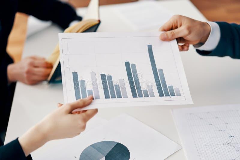 Bedrijfsmensen die zaken en financieel verslag met stijgende bedrijfsgrafiek tonen royalty-vrije stock afbeeldingen