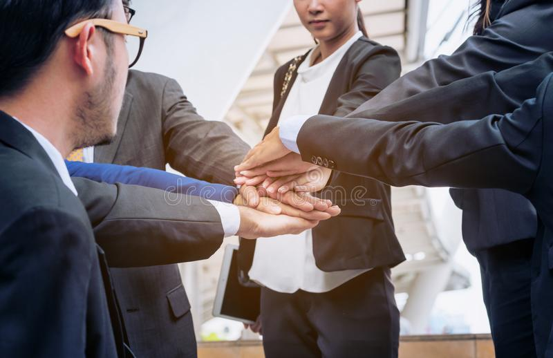 Bedrijfsmensen die zich bij handen aansluiten die groepswerk tonen royalty-vrije stock foto