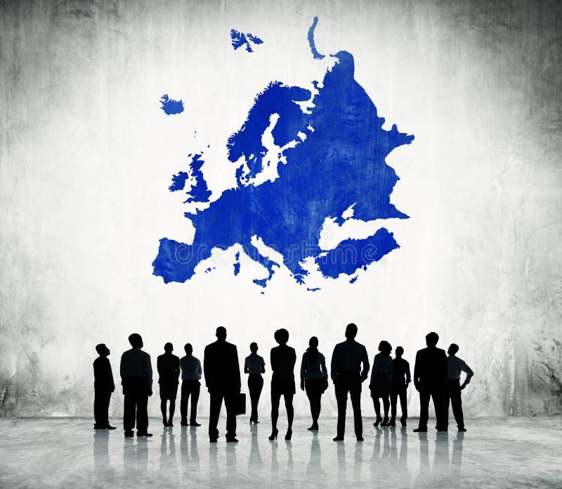 Bedrijfsmensen die zich met de Blauwe Cartografie van Europa bevinden stock illustratie