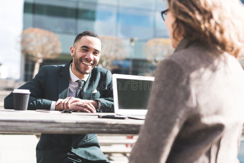Bedrijfsmensen een Bespreking hebben of Job Interview die stock afbeeldingen