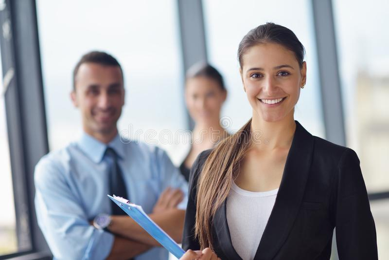 Bedrijfsmensen in een vergadering op kantoor stock foto