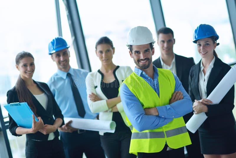 Bedrijfsmensen en ingenieurs op vergadering royalty-vrije stock fotografie