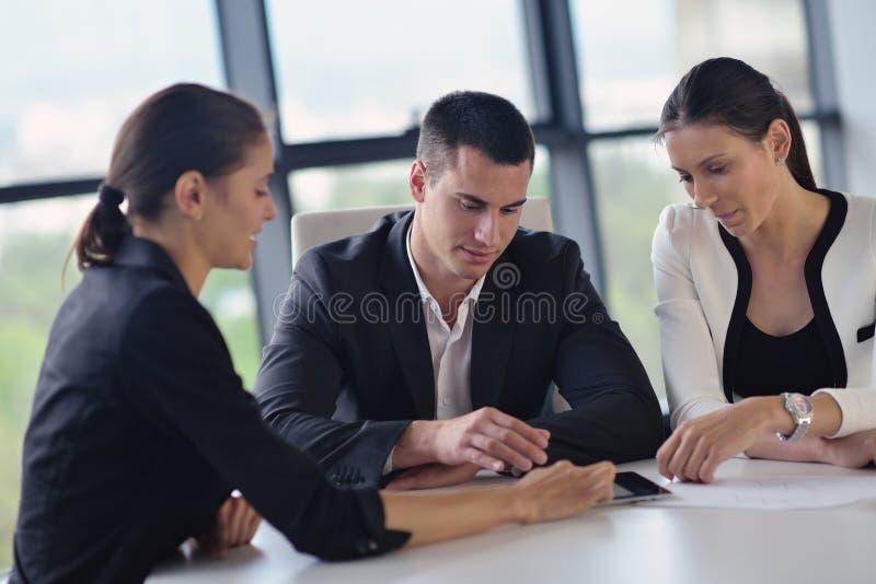 Bedrijfsmensen en ingenieurs op vergadering royalty-vrije stock afbeeldingen