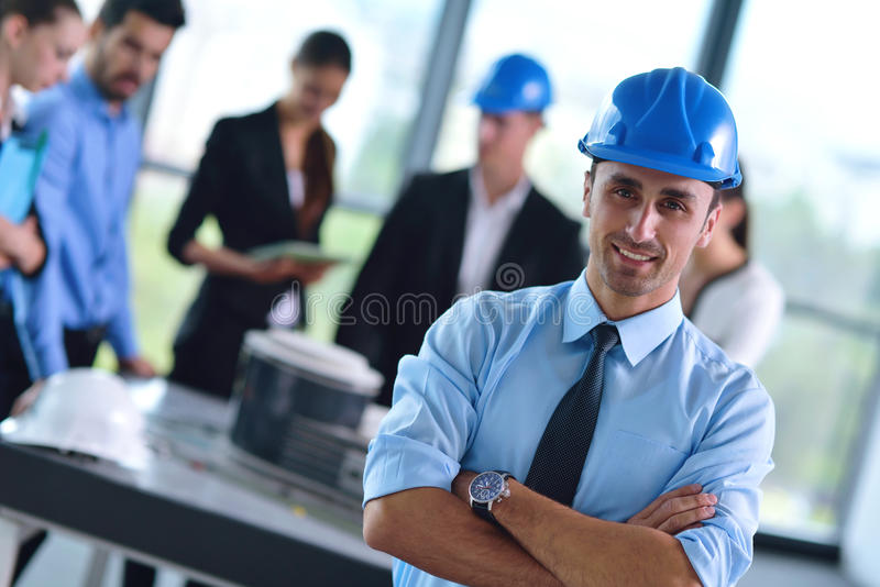Bedrijfsmensen en ingenieurs op vergadering royalty-vrije stock foto's