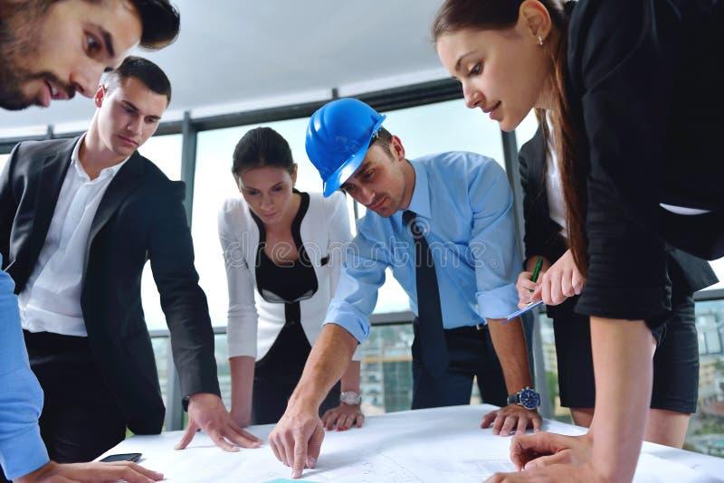 Bedrijfsmensen en ingenieurs op vergadering royalty-vrije stock foto