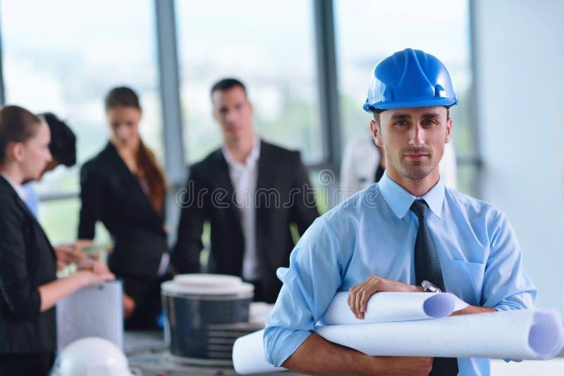 Bedrijfsmensen en ingenieurs op vergadering stock foto's