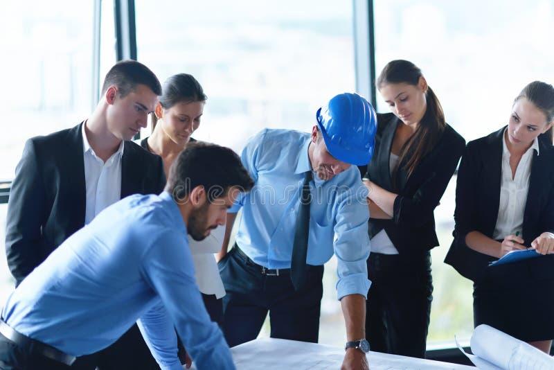 Bedrijfsmensen en ingenieurs op vergadering royalty-vrije stock afbeelding