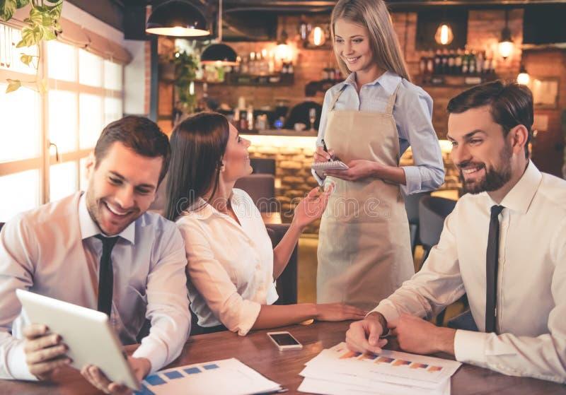 Bedrijfsmensen in koffie stock fotografie