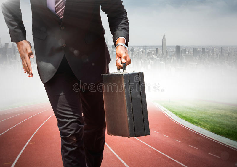 Bedrijfsmensen lager lichaam met aktentas op spoor tegen onscherpe horizon stock afbeelding