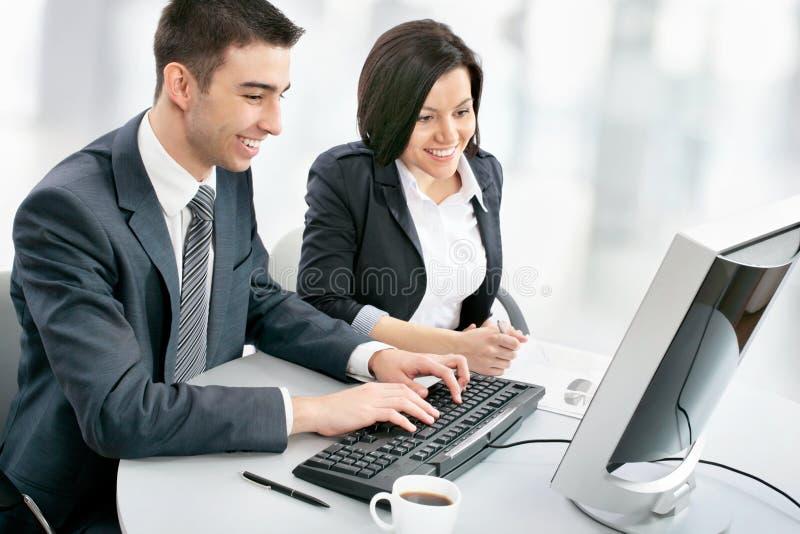Bedrijfsmensen met computer stock afbeelding