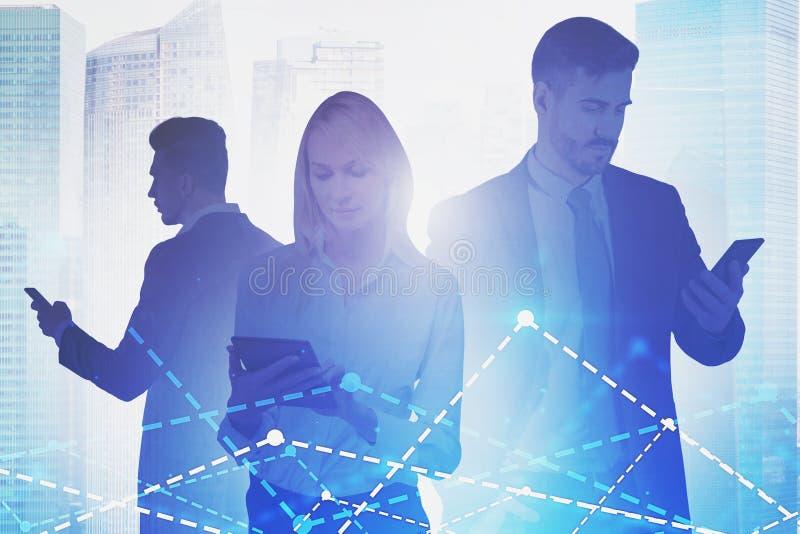 Bedrijfsmensen met gadgets, grafieken stock foto's