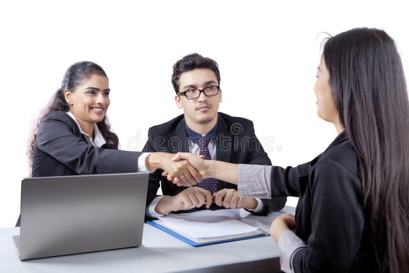 Bedrijfsmensen met nieuwe werknemer stock foto