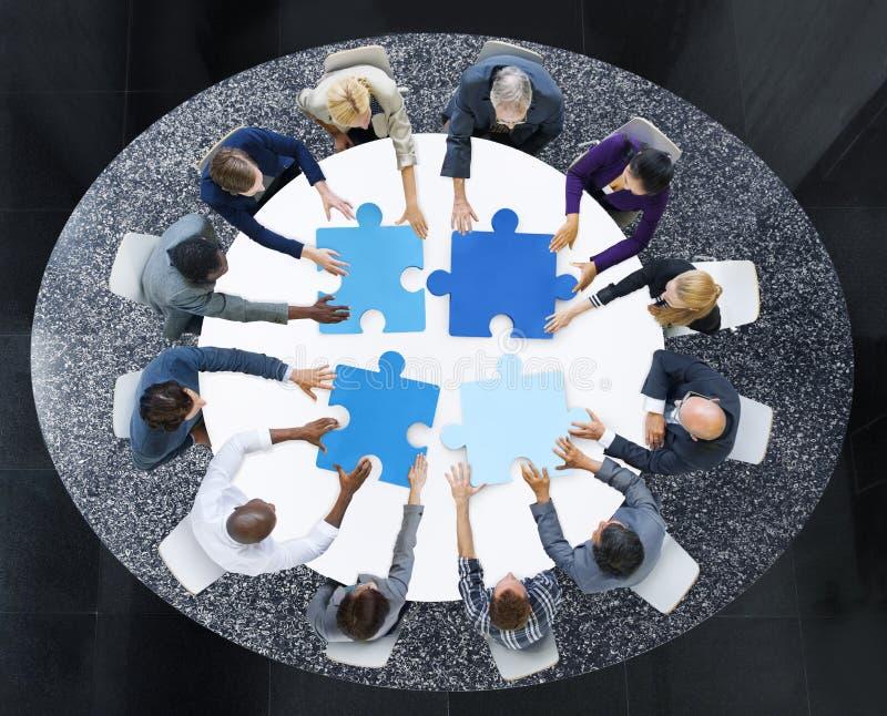 Bedrijfsmensen met Raadselstukken en Groepswerkconcept royalty-vrije stock foto's