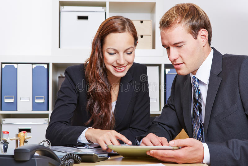 Bedrijfsmensen met tabletpc stock foto