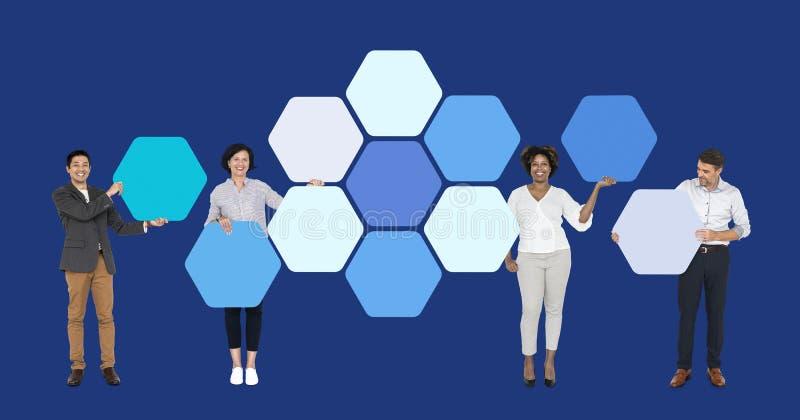 Bedrijfsmensen met verbonden hexagon raad stock afbeeldingen