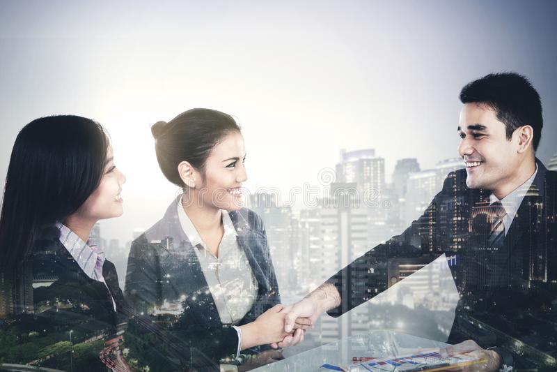 Bedrijfsmensen met wolkenkrabber op de achtergrond stock foto