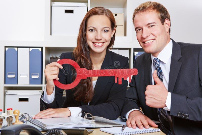 Bedrijfsmensen met zeer belangrijke holding stock afbeelding
