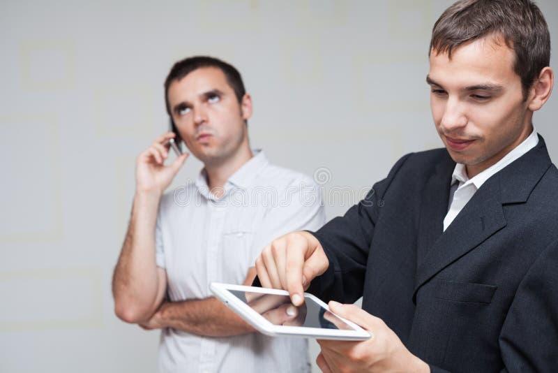 Bedrijfsmensen mobiel communicatiemiddel stock fotografie