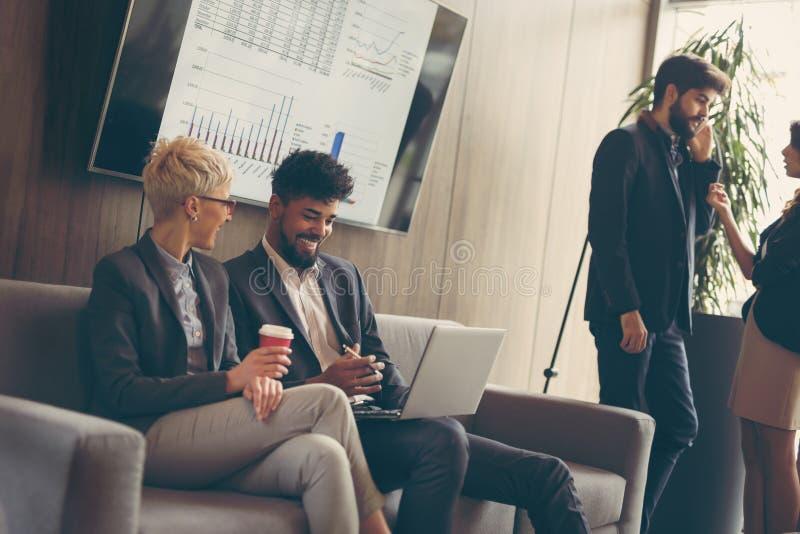 Bedrijfsmensen op een koffiepauze royalty-vrije stock afbeeldingen