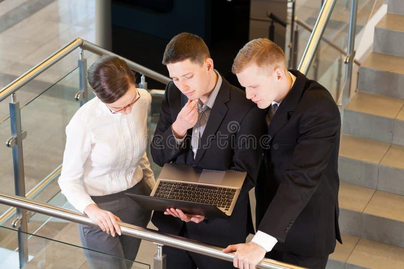 Bedrijfsmensen op het kantoor stock afbeelding