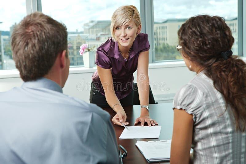 Bedrijfsmensen op vergadering stock foto's