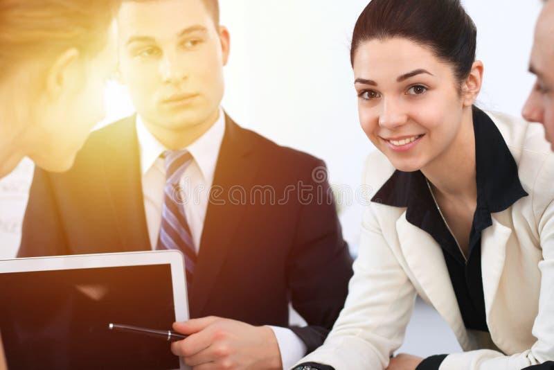 Bedrijfsmensen op vergadering op bureauachtergrond Succesvolle onderhandeling van bedrijfsteam of advocaten royalty-vrije stock foto