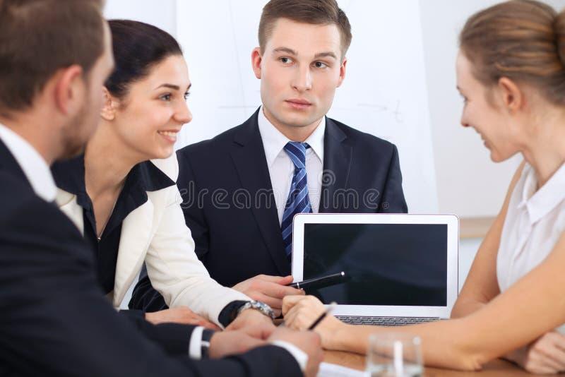 Bedrijfsmensen op vergadering op bureauachtergrond Succesvolle onderhandeling van bedrijfsteam of advocaten royalty-vrije stock fotografie