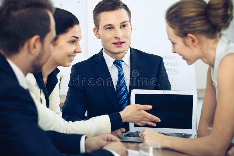 Bedrijfsmensen op vergadering op bureauachtergrond Succesvolle onderhandeling van bedrijfsteam of advocaten stock foto's