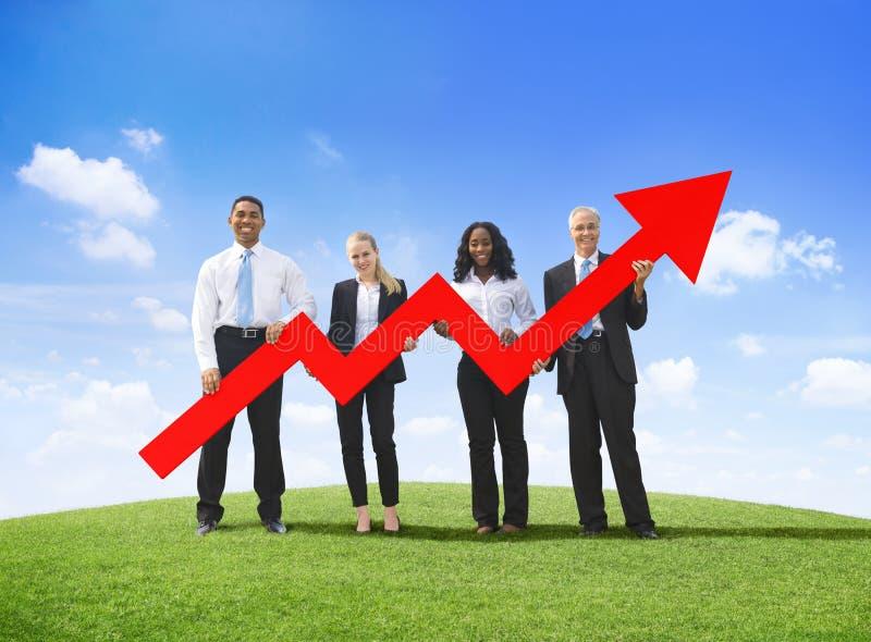 Bedrijfsmensen in openlucht Holding Ontwikkelde Grafiek royalty-vrije stock afbeeldingen