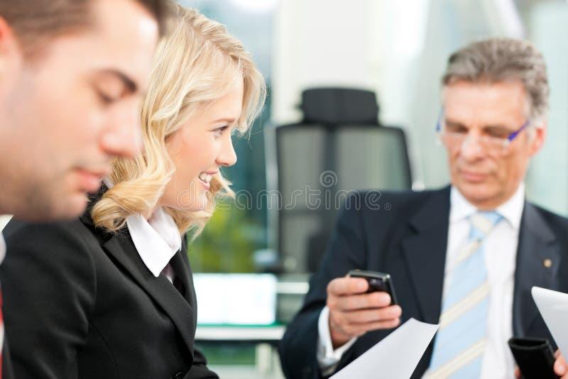 Bedrijfsmensen - teamvergadering in een bureau stock foto