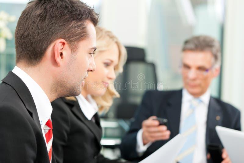 Bedrijfsmensen - teamvergadering in een bureau stock afbeelding