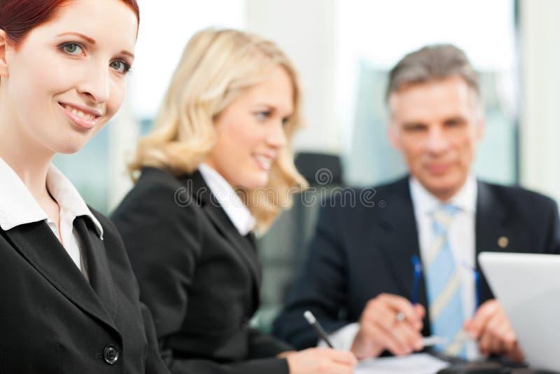 Bedrijfsmensen - teamvergadering in een bureau royalty-vrije stock foto's