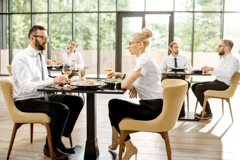 Bedrijfsmensen tijdens een lunch bij het restaurant royalty-vrije stock afbeeldingen