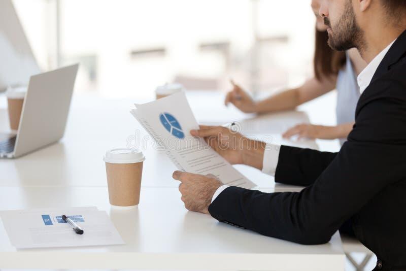 Bedrijfsmensen tijdens vergadering die project analyseren stats stock fotografie