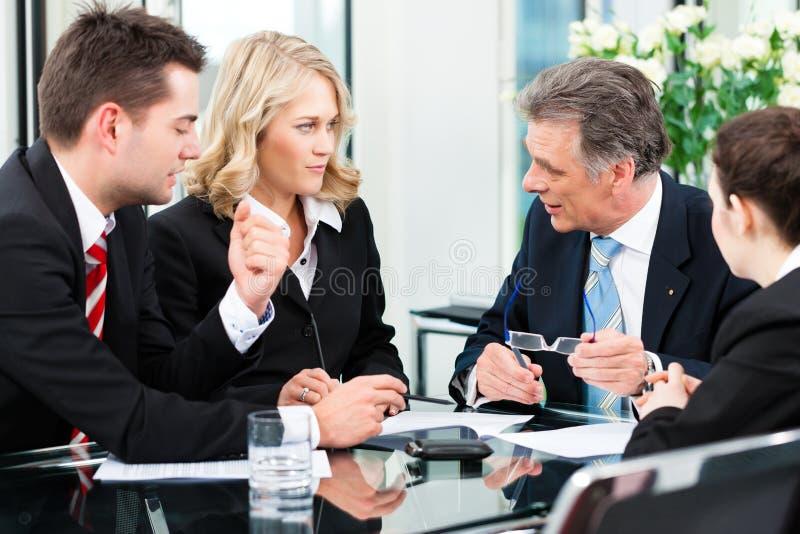 Bedrijfsmensen - vergadering in een bureau stock afbeelding