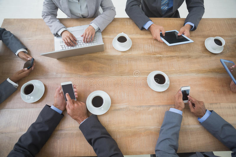 Bedrijfsmensen in vergadering met nieuwe technologieën royalty-vrije stock fotografie