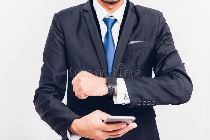 Bedrijfsmensen wearable slim horloge op hand en hij is synchronisatie smarteatch aan smartphone stock afbeelding