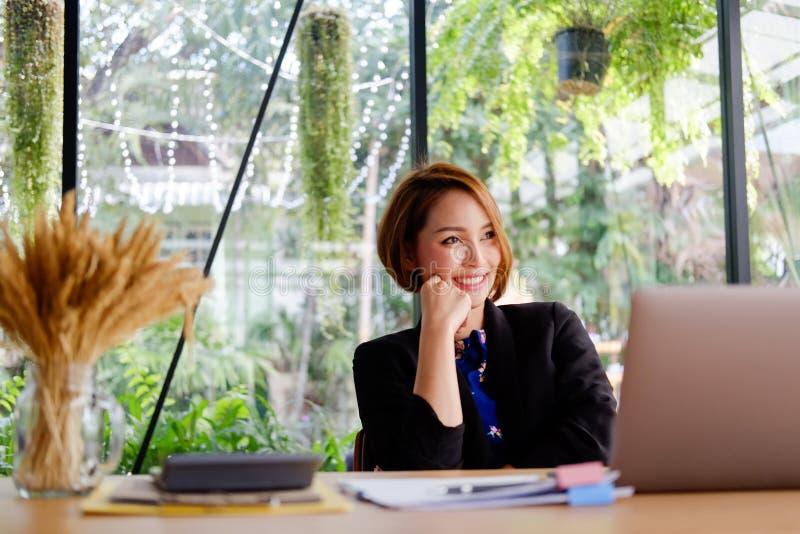 Bedrijfsmensen werkende vrouw in modern bureau royalty-vrije stock fotografie