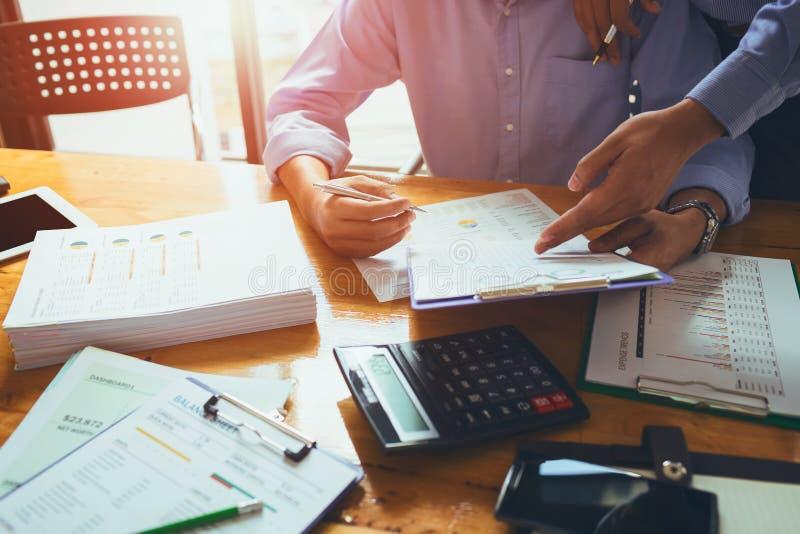 Bedrijfsmensenaccountant die hard met boekhouding financieel r werken royalty-vrije stock foto's