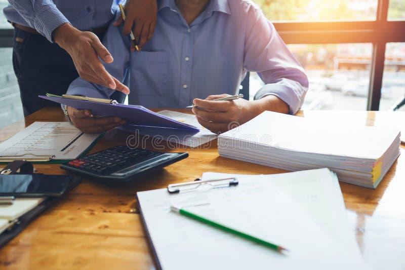 Bedrijfsmensenaccountant die hard met boekhouding financieel r werken royalty-vrije stock afbeelding