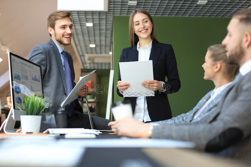 Bedrijfsmensenanalyse het denken het succes van de financi?ngroei op vergadering in bureaubrainstorming, die aan computers werken stock afbeeldingen