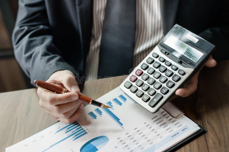 Bedrijfsmensenbespreking over contract van onroerende goederenverkoop stock afbeeldingen