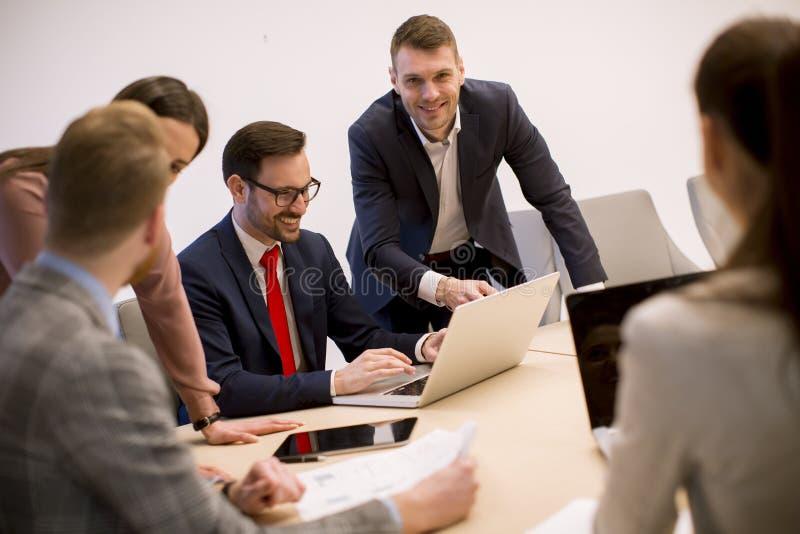 Bedrijfsmensenbrainstorming in bureau tijdens conferentie royalty-vrije stock afbeelding