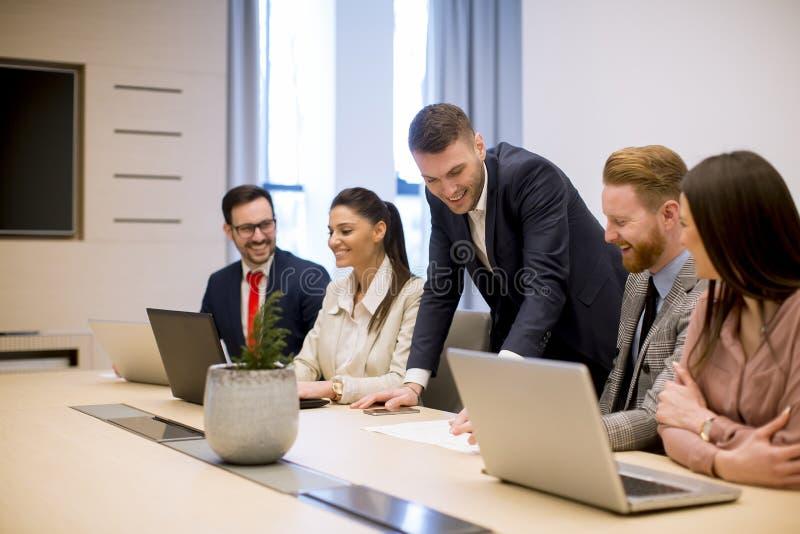 Bedrijfsmensenbrainstorming in bureau tijdens conferentie stock foto