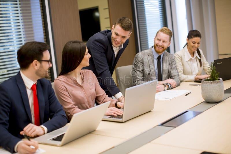 Bedrijfsmensenbrainstorming in bureau tijdens conferentie stock foto's