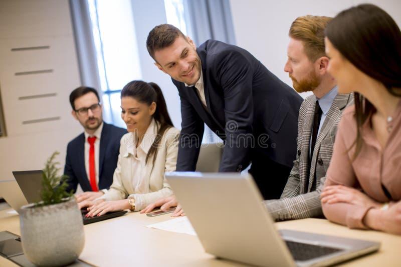 Bedrijfsmensenbrainstorming in bureau tijdens conferentie stock fotografie